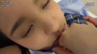 小学生にしか見えない少女が顔よりデカいチンポを握って金玉舐めご奉仕の学生系動画