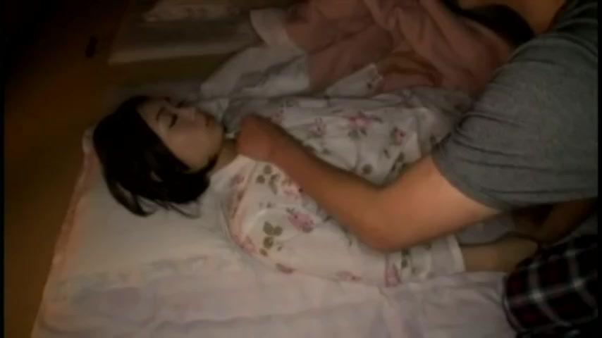 温泉旅行で寝込みを襲われた若妻