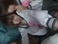 家庭内で中高生が小さな手でデカチンを握って必死でペロペロしゃぶるの校生系動画