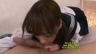 成長途中の女子中学生が汗臭いチンポを慣れない手つきで必死に舐めるの校生系動画