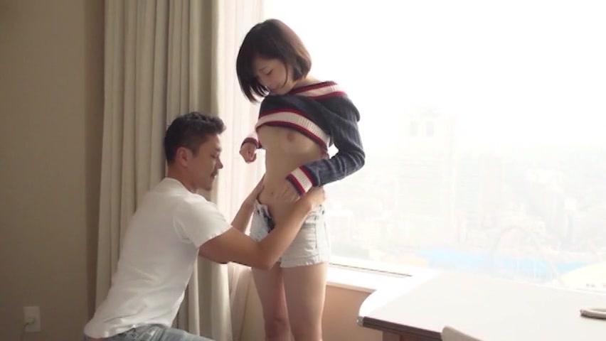 夏服の女子中学生がデカチンを必死でしごきながら金玉をしゃぶり上げるの校生系動画
