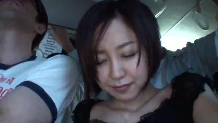 満員バスでチカンされ夫が横にいるのに拒めないショートヘア巨乳人妻 篠田ゆう