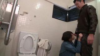 青姦デート中に大きなトイレでイチャコラ