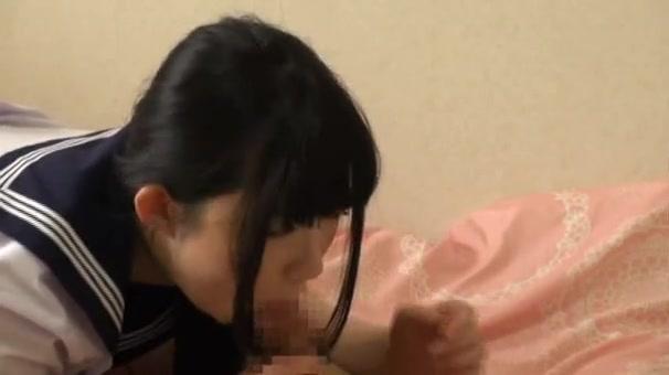 成長途中の女子中学生がキモイ童貞おやじに跨って優しく筆おろしの学生系動画
