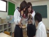 小中学生時代の女生が男に跨って淫乱な顔面騎乗位で絶頂のロリ系動画