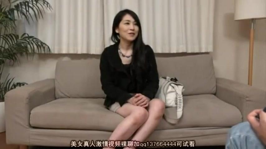 【人妻エロ動画】あまり性の知識がなさそうな人妻が手マンで大量潮吹きw