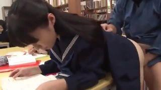 おしっこしてる学生が変態おやじの激しいクンニにメス顔で感じまくるの美少女動画