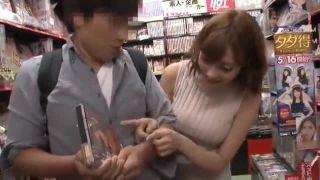 【明日花キララ・逆レイプ】アンケート調査で素人さんに手コキする巨乳ギャル【企画】